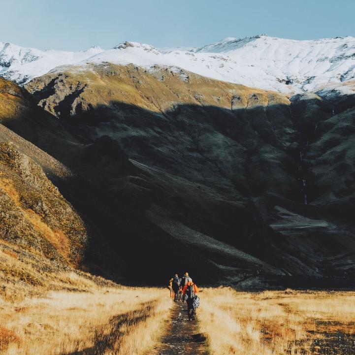 amplifica-tu-impacto-estrategia-de-comunicacion-marcas-responsables-alba-sueiro-roman-personas-en montana